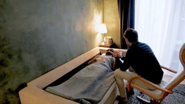 pasient og terapeut under psykedelisk behandling i et grønt rom