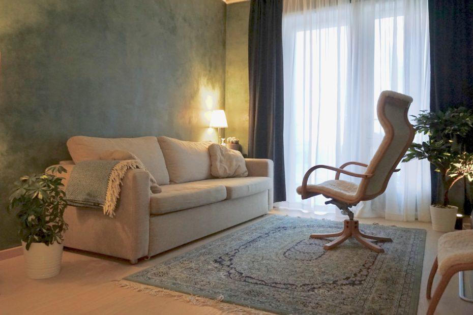 Grønt rom for psykedelisk terapi med sofa og stol