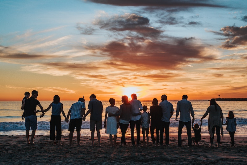 familie sammen i solnedgangen